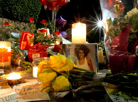 Цветы у отеля Beverly Hilton Hotel, где погибла Уитни Хьюстон (Whitney Houston)/ splashnews.com